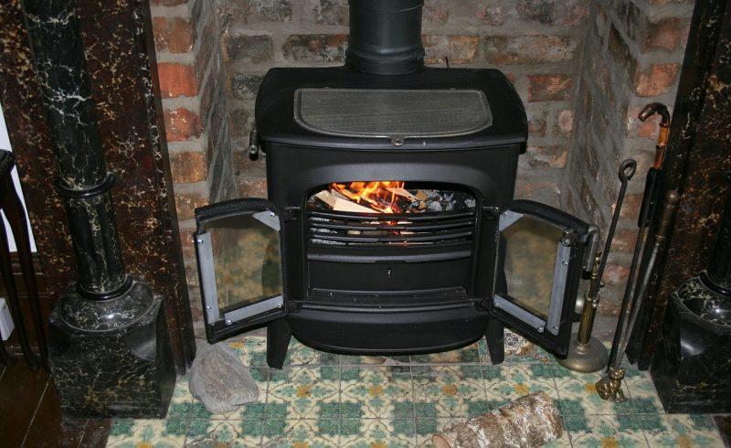 Le poêle à bois fait partie des solutions de chauffage pour une maison rt 2012